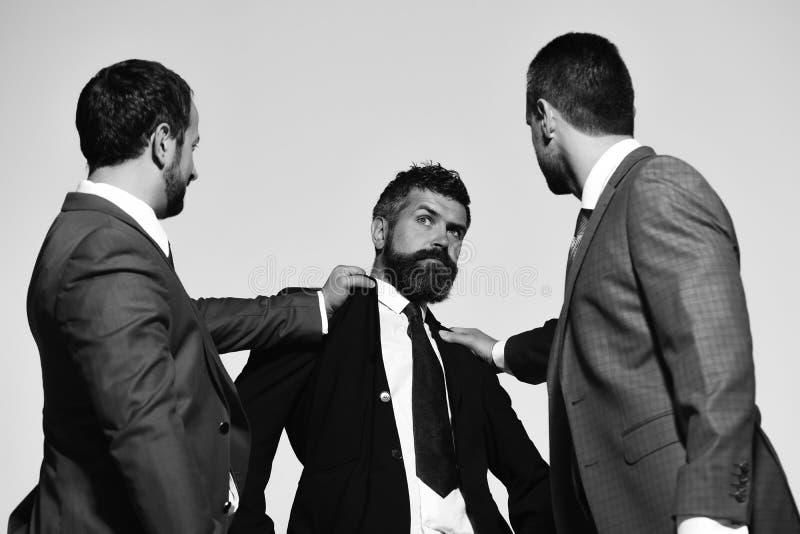 Οι ηγέτες επιχείρησης παλεύουν για την επιχειρησιακή ηγεσία Επιχειρησιακά σύγκρουση και επιχείρημα στοκ εικόνες