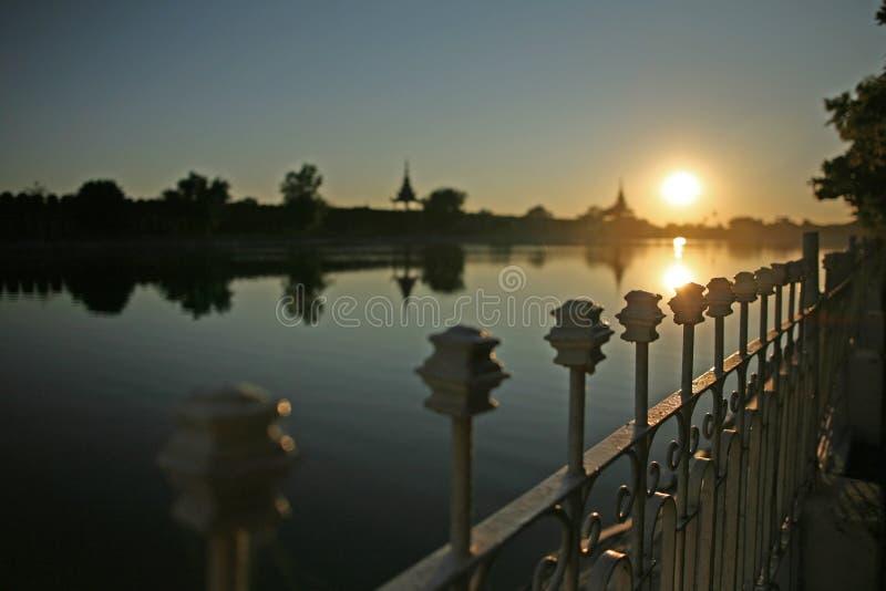 Οι θέσεις φρακτών πιάνουν το φως του ηλιοβασιλέματος βραδιού στο Mandalay, το Μιανμάρ στοκ εικόνα