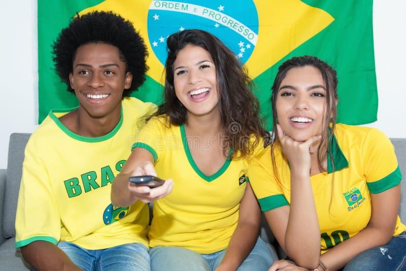 Οι θαυμαστές από την αντιστοιχία προσοχής της Βραζιλίας της βραζιλιάνας ομάδας ζουν στο televi στοκ φωτογραφία με δικαίωμα ελεύθερης χρήσης