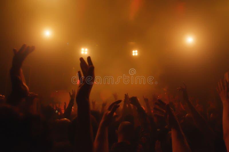 οι θαυμαστές πλήθους συναυλίας ζουν αρώματα Βράχος νεολαίας νυχτερινής ζωής επιδοκιμασίας στοκ φωτογραφία με δικαίωμα ελεύθερης χρήσης