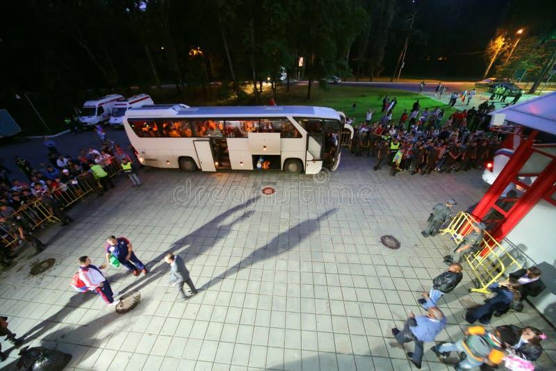 Οι θαυμαστές προσέχουν όπως οι φορείς παίρνουν στο λεωφορείο στοκ εικόνες με δικαίωμα ελεύθερης χρήσης