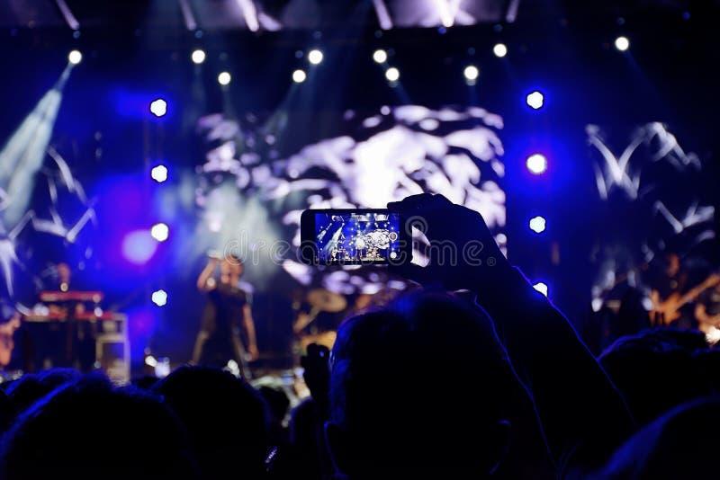 οι θαυμαστές πλήθους συναυλίας ζουν στοκ εικόνα με δικαίωμα ελεύθερης χρήσης