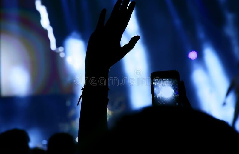 οι θαυμαστές πλήθους συναυλίας ζουν στοκ εικόνες