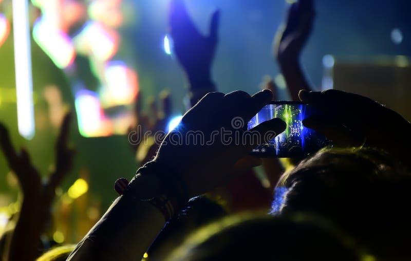 οι θαυμαστές πλήθους συναυλίας ζουν στοκ φωτογραφία με δικαίωμα ελεύθερης χρήσης