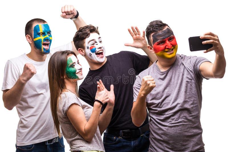 Οι θαυμαστές υποστηρικτών ομάδας ανθρώπων των εθνικών ομάδων χρωμάτισαν το πρόσωπο σημαιών της Γερμανίας, Μεξικό, Δημοκρατία της  στοκ εικόνα με δικαίωμα ελεύθερης χρήσης