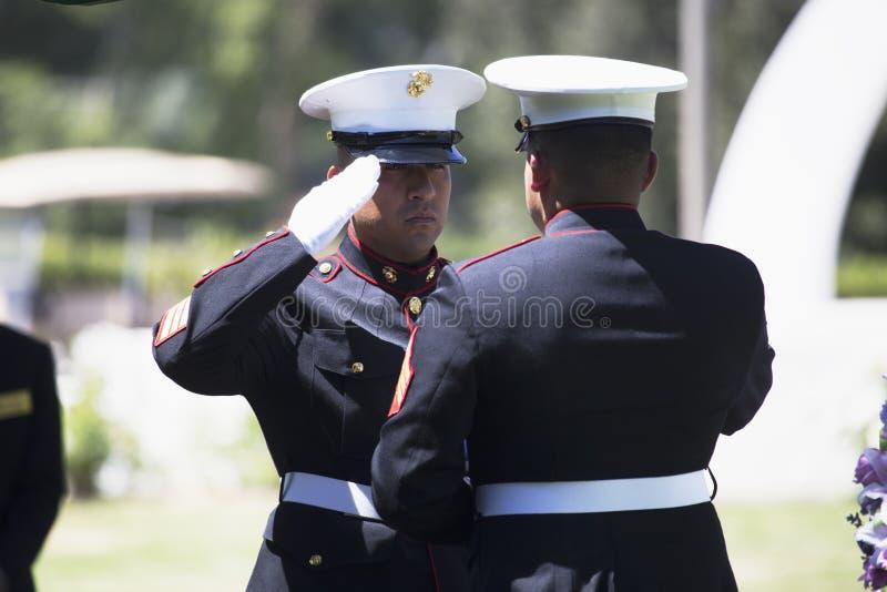 Οι θαλάσσιες πτυχές σημαιοστολίζουν στο επιμνημόσυνη δέηση για τον πεσμένο αμερικανικό στρατιώτη, PFC Zach Suarez, αποστολή τιμής στοκ φωτογραφίες