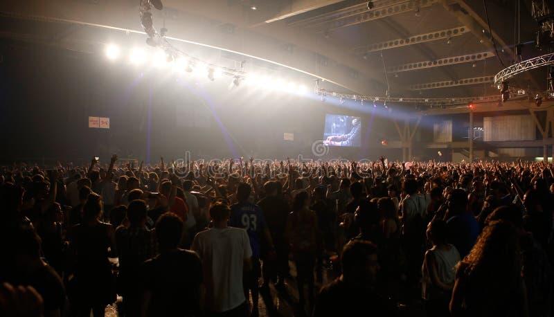 Οι θεατές κατά τη διάρκεια των κλαδίσκων Fka παρουσιάζουν στο φεστιβάλ σόναρ στοκ εικόνα