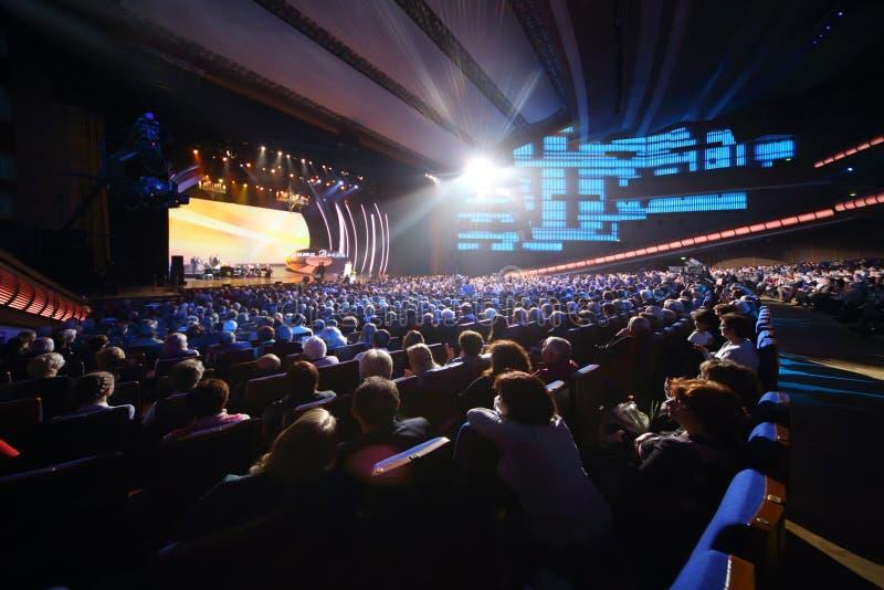 Οι θεατές προσέχουν στη σκηνή στη συναυλία επετείου στοκ φωτογραφίες