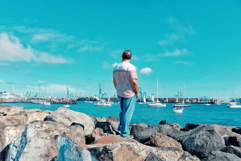οι θεατές συσσωρεύουν τους ανθρώπους συλλέγουν για να προσέξουν τον Ατλαντικό Ωκεανό το ARC το 2018 φυλών regatta βαρκών πανιών στοκ εικόνα με δικαίωμα ελεύθερης χρήσης