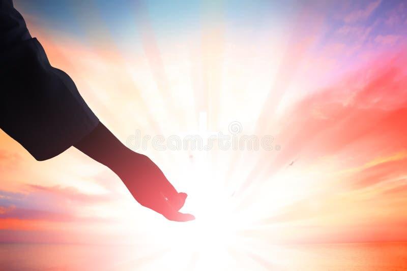 Οι Θεοί δίνουν να φτάσουν, την έννοια θρησκείας, σωτηρίας, συγχώρεσης, βοήθειας και αγάπης στοκ φωτογραφία με δικαίωμα ελεύθερης χρήσης