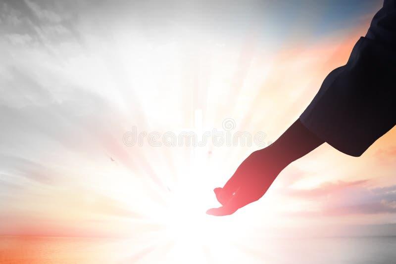 Οι Θεοί δίνουν να φτάσουν, την έννοια θρησκείας, σωτηρίας, συγχώρεσης, βοήθειας και αγάπης στοκ εικόνα με δικαίωμα ελεύθερης χρήσης