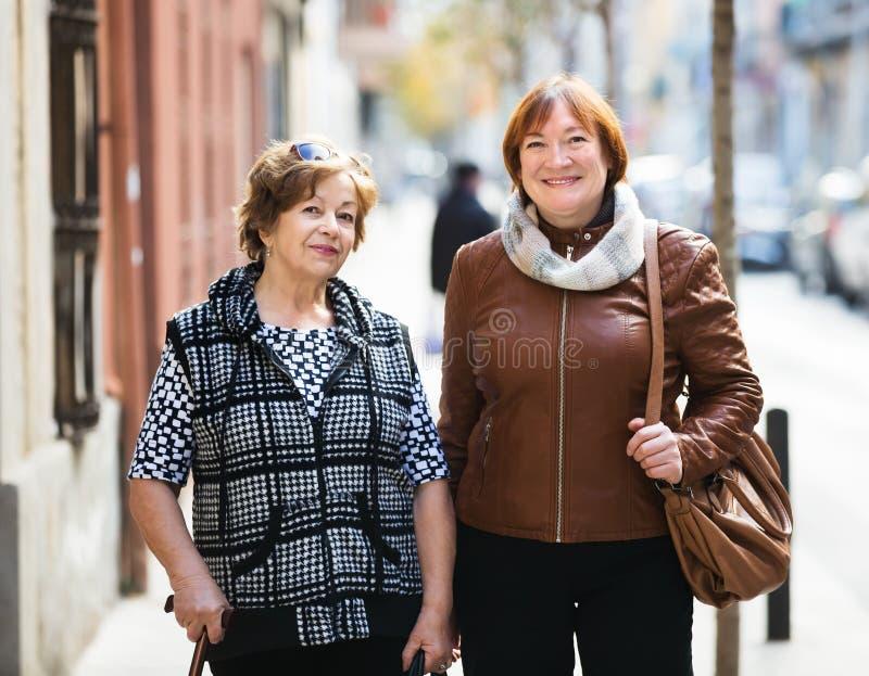 Οι θηλυκοί συνταξιούχοι στην πόλη περπατούν στοκ φωτογραφία με δικαίωμα ελεύθερης χρήσης