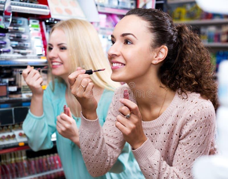 Οι θηλυκοί φίλοι που επιλέγουν το χείλι σχολιάζουν στοκ εικόνα με δικαίωμα ελεύθερης χρήσης