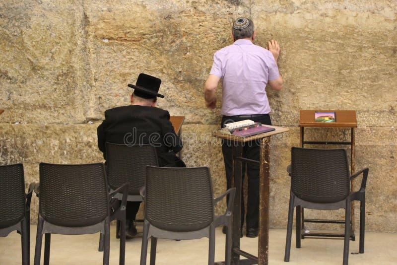Οι θρησκευτικοί Εβραίοι προσεύχονται από το δυτικό τοίχο μέσα της δυτικής σήραγγας τοίχων στην παλαιά πόλη της Ιερουσαλήμ στοκ εικόνα