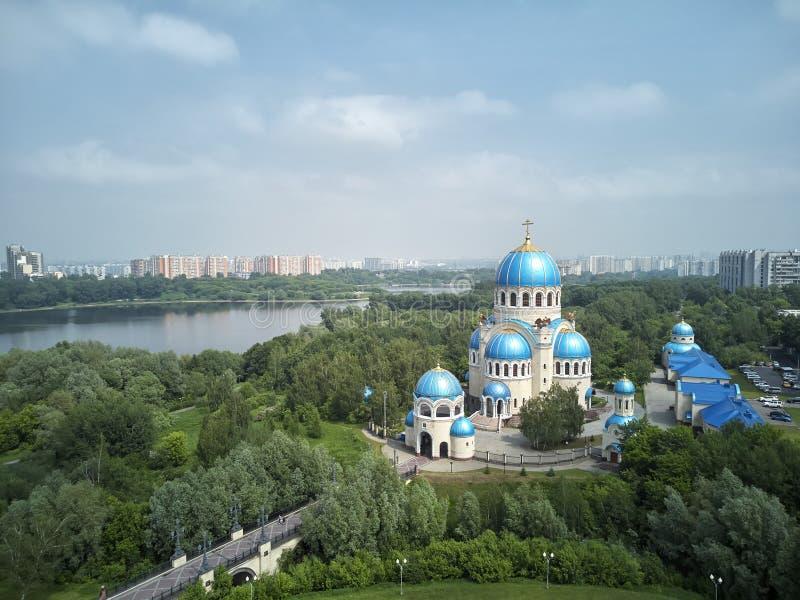 Οι θόλοι της εκκλησίας της ιερής τριάδας orekhovo-Borisovoon kashirskoe στην εθνική οδό, Μόσχα, Ρωσία Εναέρια άποψη κηφήνων στοκ φωτογραφία με δικαίωμα ελεύθερης χρήσης
