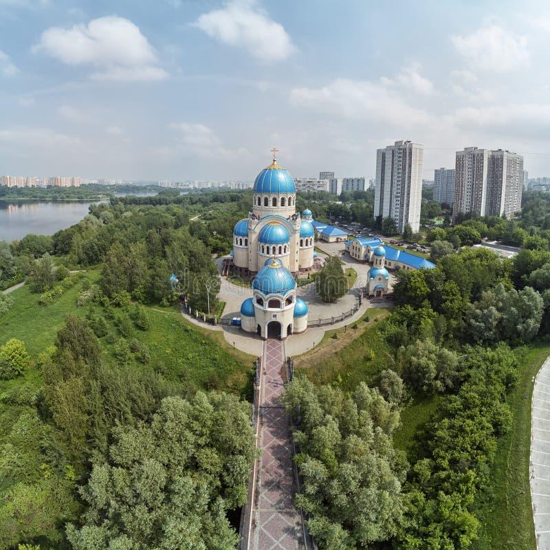 Οι θόλοι της εκκλησίας της ιερής τριάδας orekhovo-Borisovoon kashirskoe στην εθνική οδό, Μόσχα, Ρωσία Εναέρια άποψη κηφήνων στοκ εικόνα με δικαίωμα ελεύθερης χρήσης