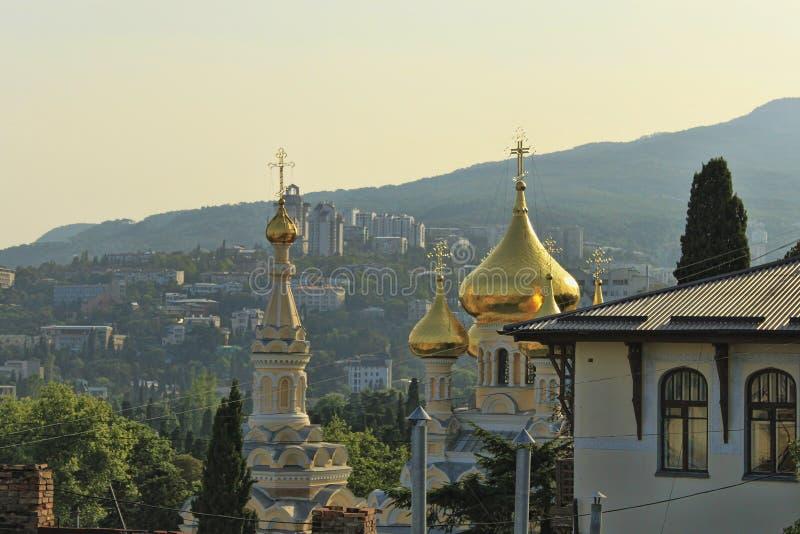 Οι θόλοι του καθεδρικού ναού του Αλεξάνδρου Nevsky σε Yalta, Ουκρανία στοκ φωτογραφίες