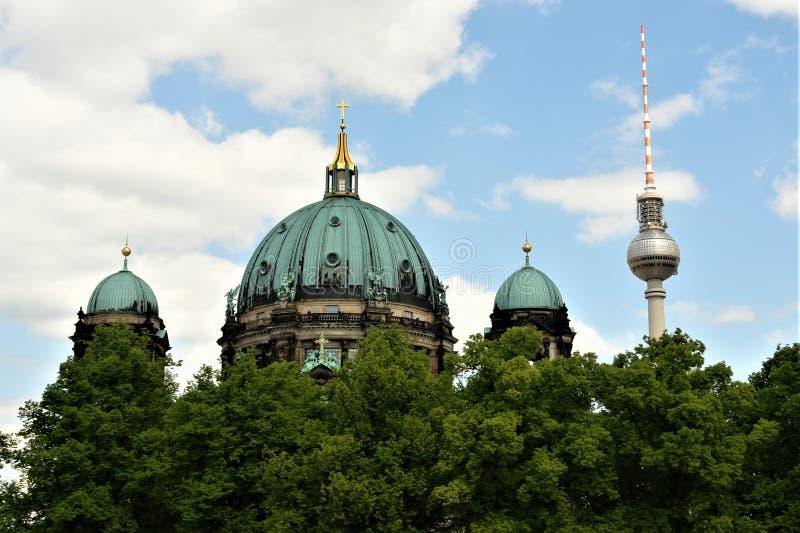 Οι θόλοι του καθεδρικού ναού του Βερολίνου και του πύργου TV του Βερολίνου στοκ εικόνα με δικαίωμα ελεύθερης χρήσης
