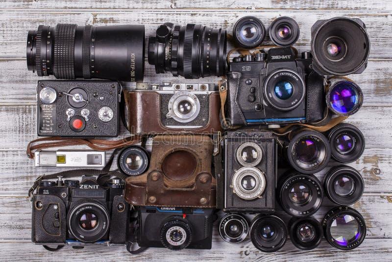 Οι διάφορες εκλεκτής ποιότητας κάμερες φωτογραφιών και οι παλαιοί φακοί, κλείνουν επάνω στοκ φωτογραφίες