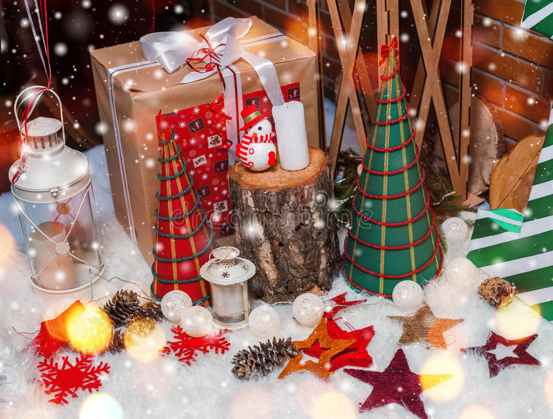 Οι διακοσμήσεις υποβάθρου και Χριστουγέννων χριστουγεννιάτικων δέντρων με το χιόνι, δώρα, θόλωσαν, ανάφλεξη κάρτα καλή χρονιά Χει στοκ φωτογραφίες