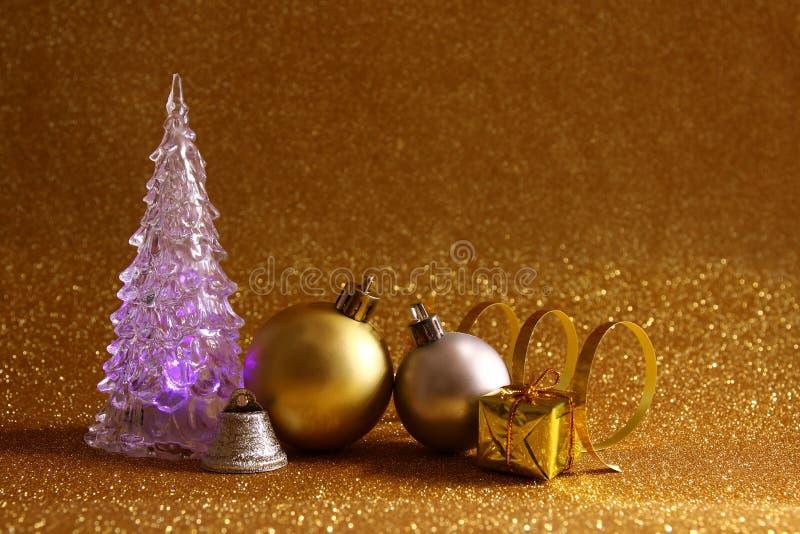 οι διακοσμήσεις χριστουγεννιάτικων δέντρων και σφαιρών ακτινοβολούν επάνω υπόβαθρο στοκ εικόνες