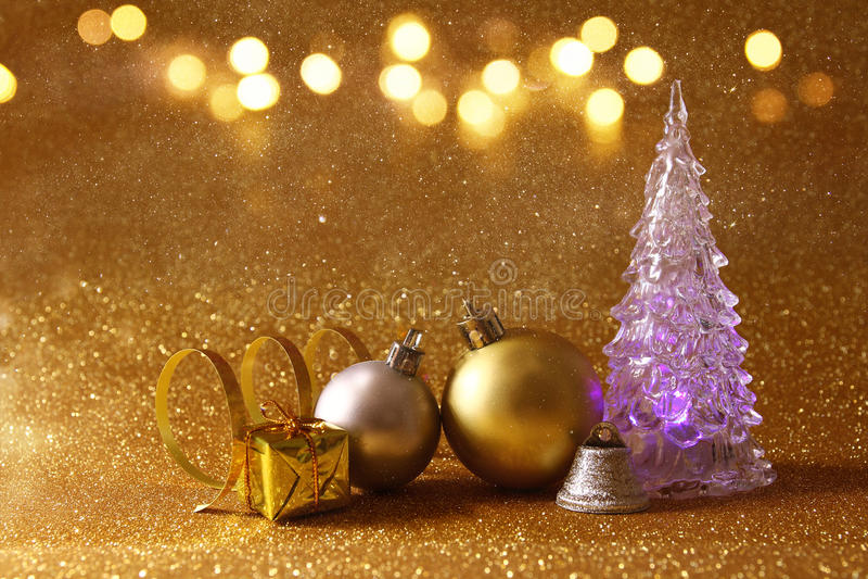 οι διακοσμήσεις χριστουγεννιάτικων δέντρων και σφαιρών ακτινοβολούν επάνω υπόβαθρο στοκ φωτογραφίες
