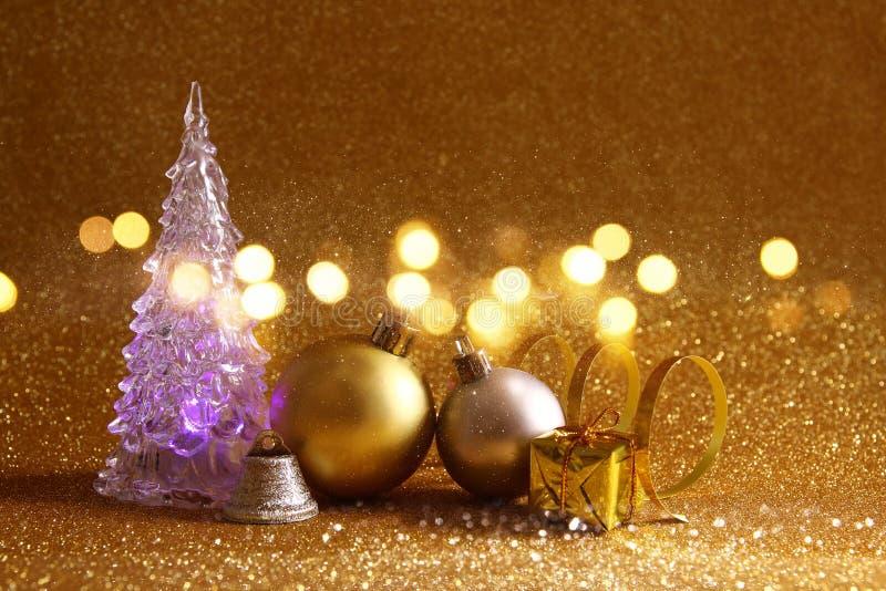 οι διακοσμήσεις χριστουγεννιάτικων δέντρων και σφαιρών ακτινοβολούν επάνω υπόβαθρο στοκ φωτογραφία