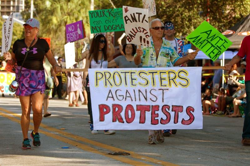 Οι διαμαρτυρόμενοι ενάντια στις διαμαρτυρίες Μάρτιος στο εκκεντρικό Μαϊάμι παρελαύνουν στοκ εικόνα με δικαίωμα ελεύθερης χρήσης