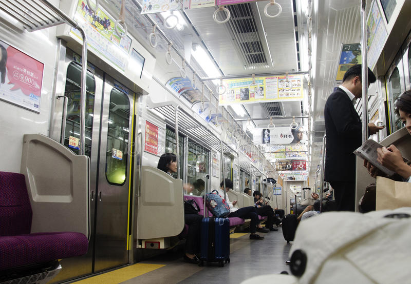 Οι ιαπωνέζοι που κάθονται στο σαφή ηλεκτρικό σιδηρόδρομο εκπαιδεύουν από το Ν στοκ εικόνα με δικαίωμα ελεύθερης χρήσης