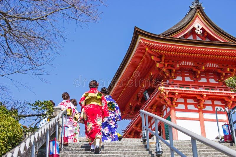 Οι ιαπωνικοί τουρίστες και οι αλλοδαποί βάζουν σε ένα yukata φορεμάτων για την επίσκεψη την ατμόσφαιρα μέσα στο ναό kiyomizu-Dera στοκ εικόνα με δικαίωμα ελεύθερης χρήσης