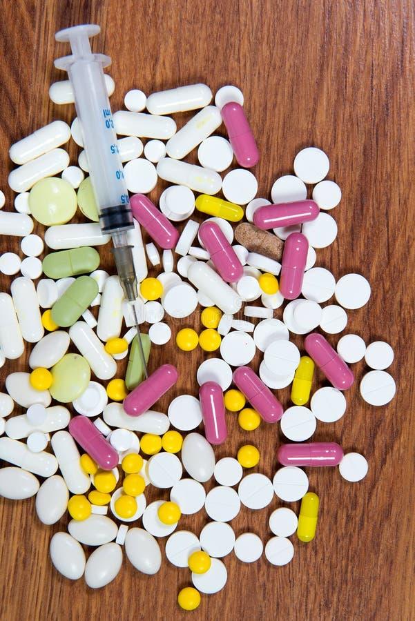 Οι διαφορετικοί τύποι φαρμάκων είναι διεσπαρμένοι στον πίνακα Θεραπεία των ασθενειών με τις σύγχρονες μεθόδους Ομοιοπαθητικός και στοκ φωτογραφία