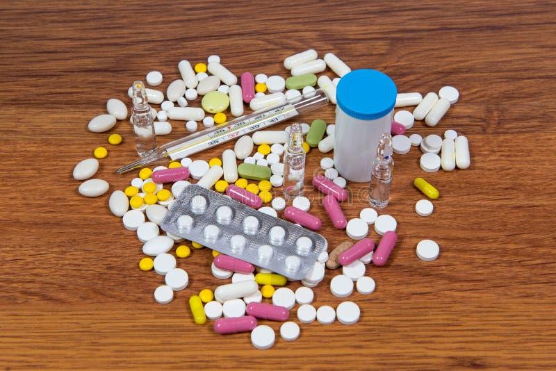 Οι διαφορετικοί τύποι φαρμάκων είναι διεσπαρμένοι στον πίνακα Θεραπεία των ασθενειών με τις σύγχρονες μεθόδους Ομοιοπαθητικός και στοκ εικόνα