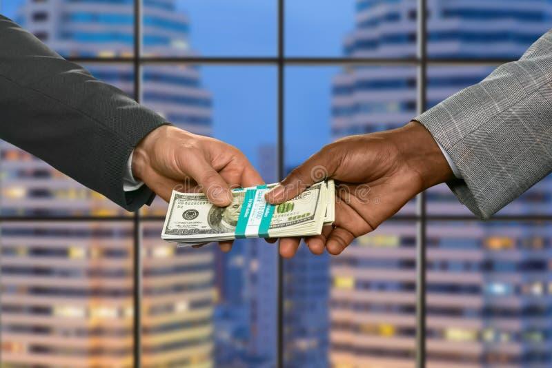 Οι διευθυντές περνούν τα χρήματα megalopolis στοκ φωτογραφία με δικαίωμα ελεύθερης χρήσης