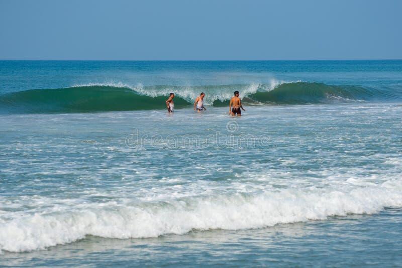 2ec22f8dff35 Οι ινδικοί τουρίστες απολαμβάνουν τη θάλασσα στην παραλία Varkala στοκ  εικόνα με δικαίωμα ελεύθερης χρήσης