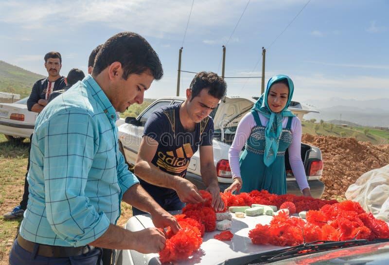 Οι ιρανικοί λαοί διακοσμούν το αυτοκίνητο για τη γαμήλια τελετή στο χωριό Επαρχία Lorestan Ιράν στοκ φωτογραφίες