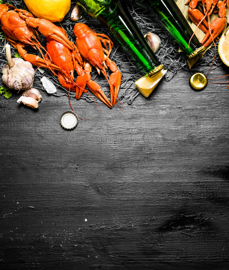Οι λιχουδιές τροφίμων Βρασμένοι αστακοί με την μπύρα και τα καρυκεύματα στοκ φωτογραφία με δικαίωμα ελεύθερης χρήσης