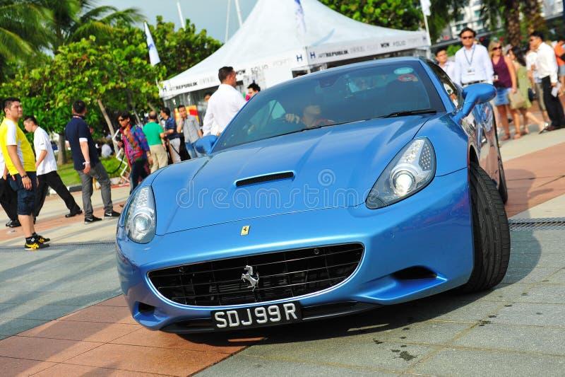 Οι ιδιοκτήτες λεσχών της Σιγκαπούρης Ferrari που επιδεικνύουν τα αυτοκίνητα Ferrari τους κατά τη διάρκεια του γιοτ της Σιγκαπούρης στοκ φωτογραφία