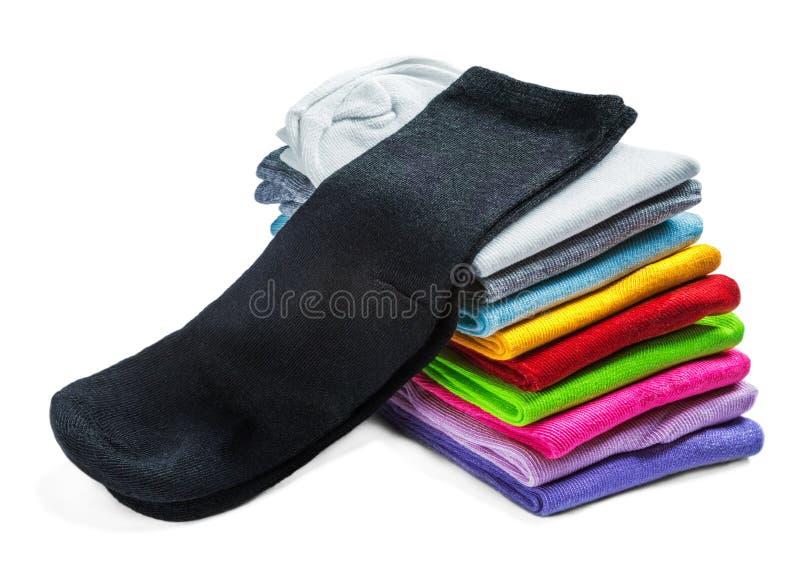 Οι κάλτσες του διαφορετικού χρώματος είναι απομονωμένες στο λευκό στοκ εικόνες