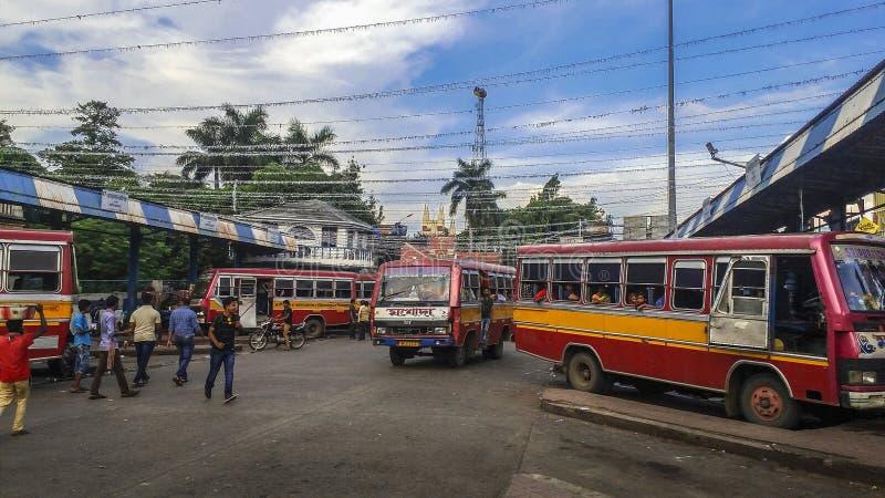 Οι κάτοχοι διαρκούς εισιτήριου λεωφορείων περιμένουν το λεωφορείο σε μια στάση λεωφορείου στην πόλη Asansol της Ινδίας στοκ φωτογραφίες