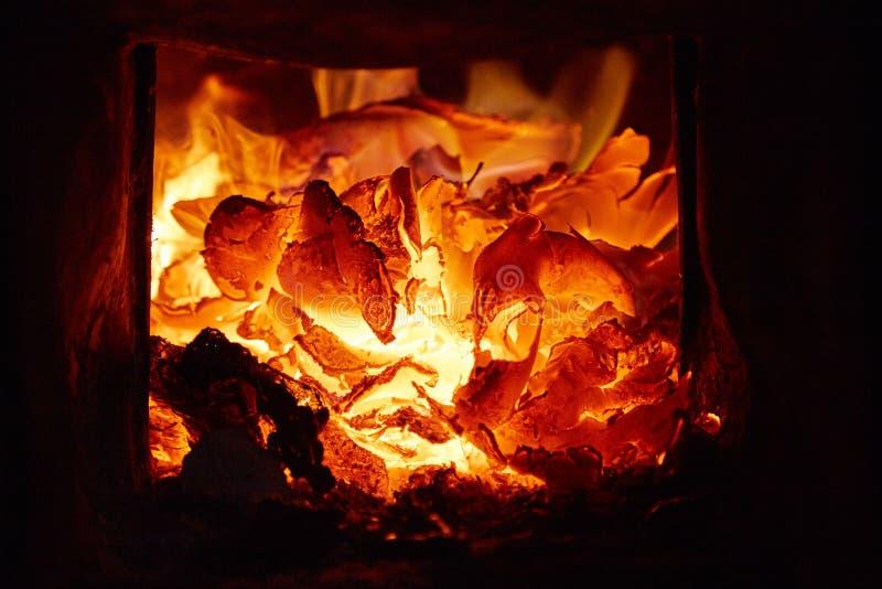 Οι καίγοντας άνθρακες στο φούρνο στοκ φωτογραφία με δικαίωμα ελεύθερης χρήσης