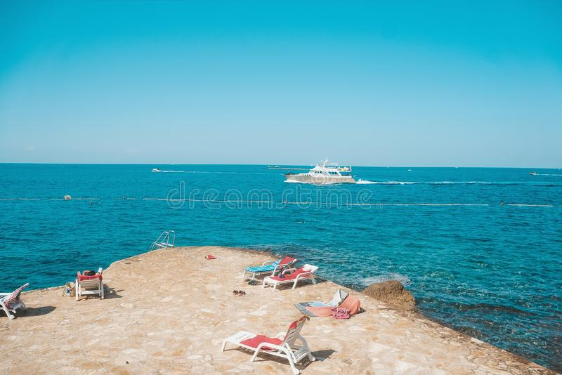Οι καθαρότερες παραλίες στον κόσμο Η παραλία παραδείσου είναι μια ήρεμη ηλιόλουστη παραλία στην ακτή Το εποχιακό τοπίο της Κροατί στοκ φωτογραφία με δικαίωμα ελεύθερης χρήσης