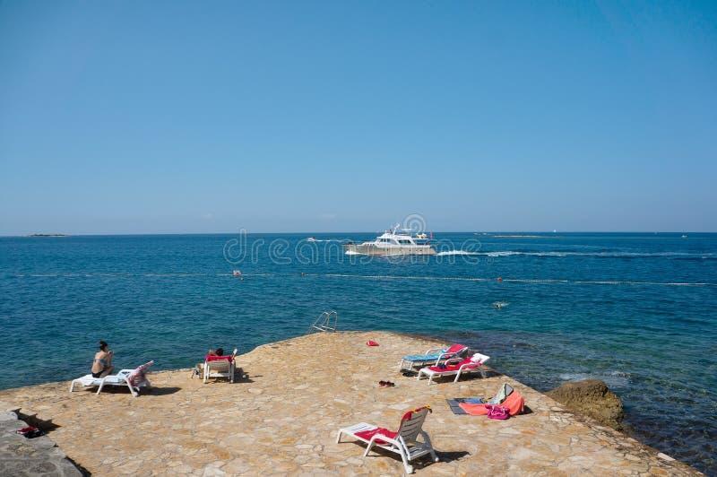 Οι καθαρότερες παραλίες στον κόσμο Η παραλία παραδείσου είναι μια ήρεμη ηλιόλουστη παραλία στην ακτή Το εποχιακό τοπίο της Κροατί στοκ φωτογραφίες