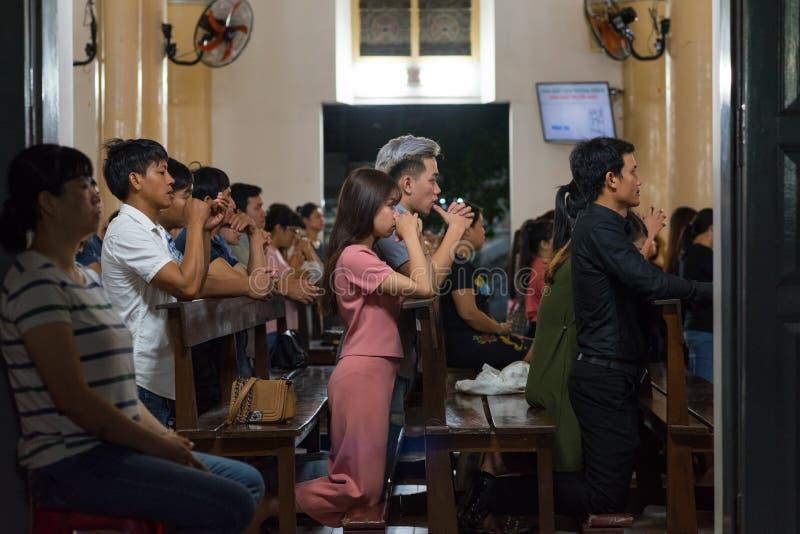 Οι Καθολικοί γονατίζουν στην υπηρεσία της Κυριακής βραδιού στο Βιετνάμ στοκ εικόνα με δικαίωμα ελεύθερης χρήσης