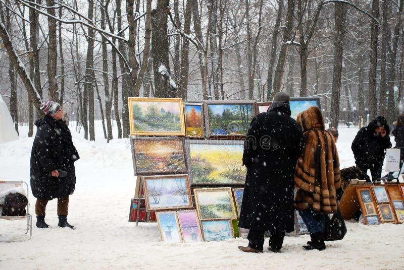 Οι καλλιτέχνες κάνουν εμπόριο στις εργασίες ως χειμώνας στη λεωφόρο στο πάρκο Sokolniki στοκ φωτογραφίες