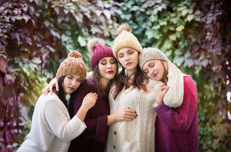 Οι καλύτεροι φίλοι γυναικών αγκαλιάζουν στο πάρκο φθινοπώρου Υπαίθρια πορτρέτο μόδας τρόπου ζωής στοκ φωτογραφία με δικαίωμα ελεύθερης χρήσης