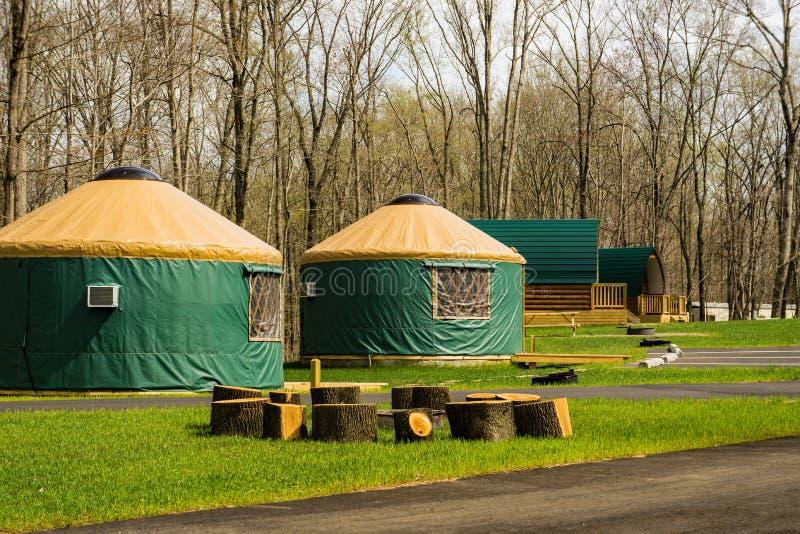 Οι καμπίνες Yurts και λοβών εξερευνούν το πάρκο, Roanoke, Βιρτζίνια, ΗΠΑ στοκ φωτογραφία
