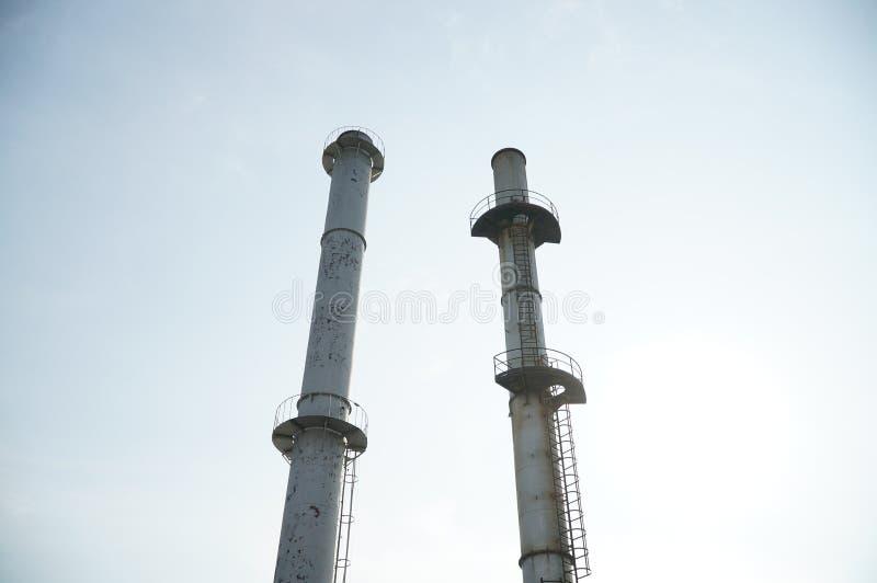 Οι καπνοδόχοι με το υπόβαθρο ουρανού στοκ φωτογραφία με δικαίωμα ελεύθερης χρήσης