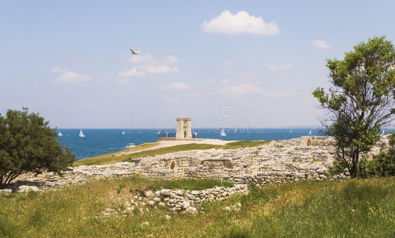 Οι καταστροφές αρχαίου Chersonesos στην ακτή Μαύρης Θάλασσας κοντά στη Σεβαστούπολη στοκ φωτογραφία