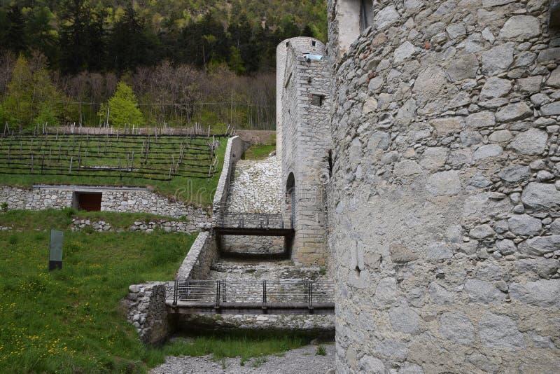 Οι καταστροφές ενός αρχαίου φρουρίου κάστρων, των τοίχων με τους πύργους και drawbridge στο νότιο Τύρολο Ιταλία στοκ εικόνες με δικαίωμα ελεύθερης χρήσης