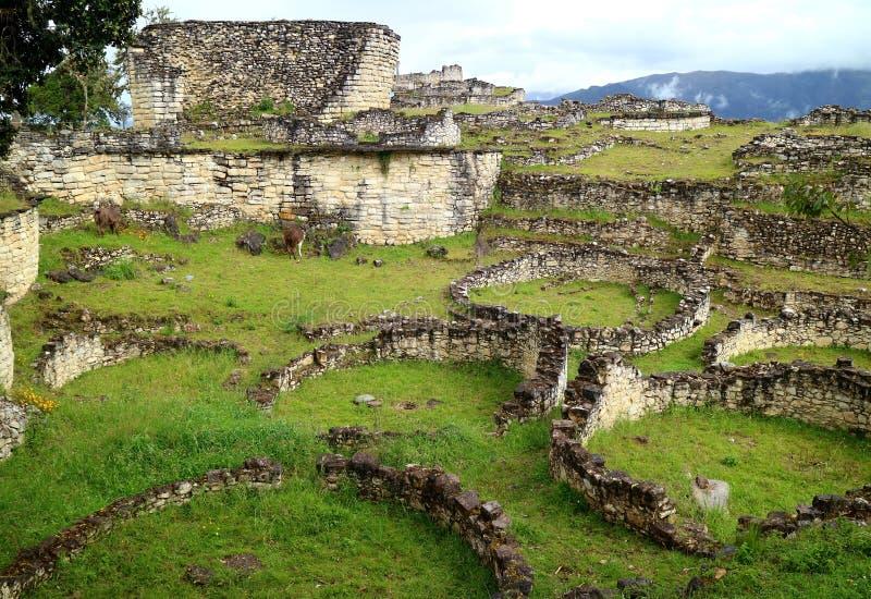 Οι καταστροφές μέσα στην αρχαιολογική περιοχή Kuelap με πολλά από τα αρχαία πέτρινα στρογγυλά σπίτια, περιοχή Amazonas στο βόρειο στοκ εικόνες